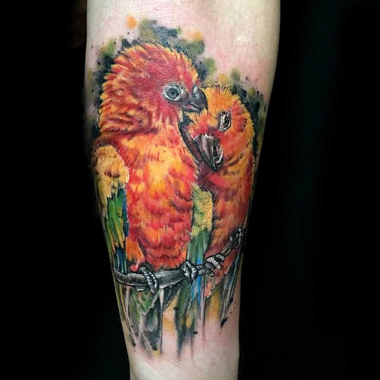 Realistische Papageien Tattoo vom surface Tattoo studio münchen