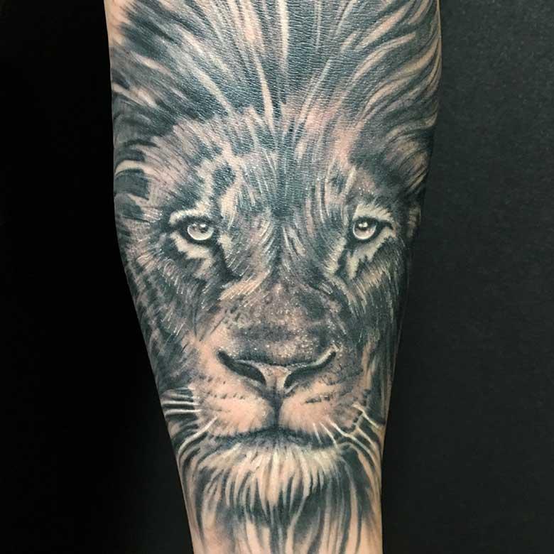 Realistic Löwe Tattoo vom surface Tattoo studio münchen