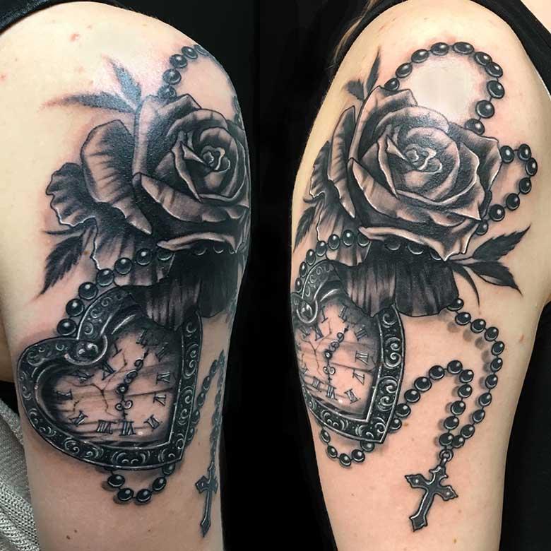Realistic Rose und Uhr Tattoo vom surface Tattoo studio münchen