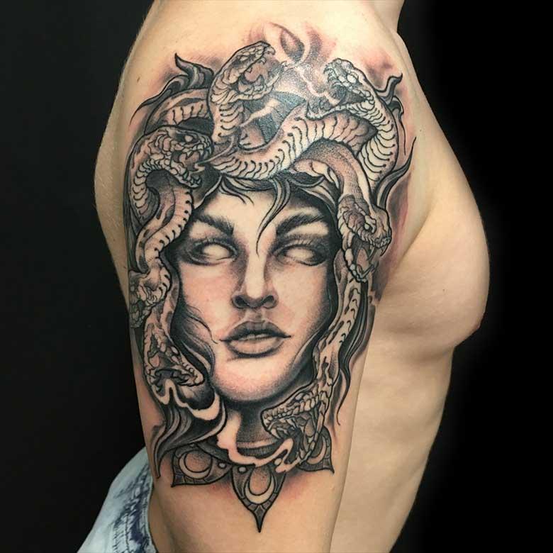 Black and Grey Medusa Tattoo vom surface Tattoo studio münchen