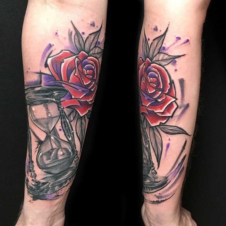 trashige Sanduhr und Rose Tattoo vom surface Tattoo studio münchen