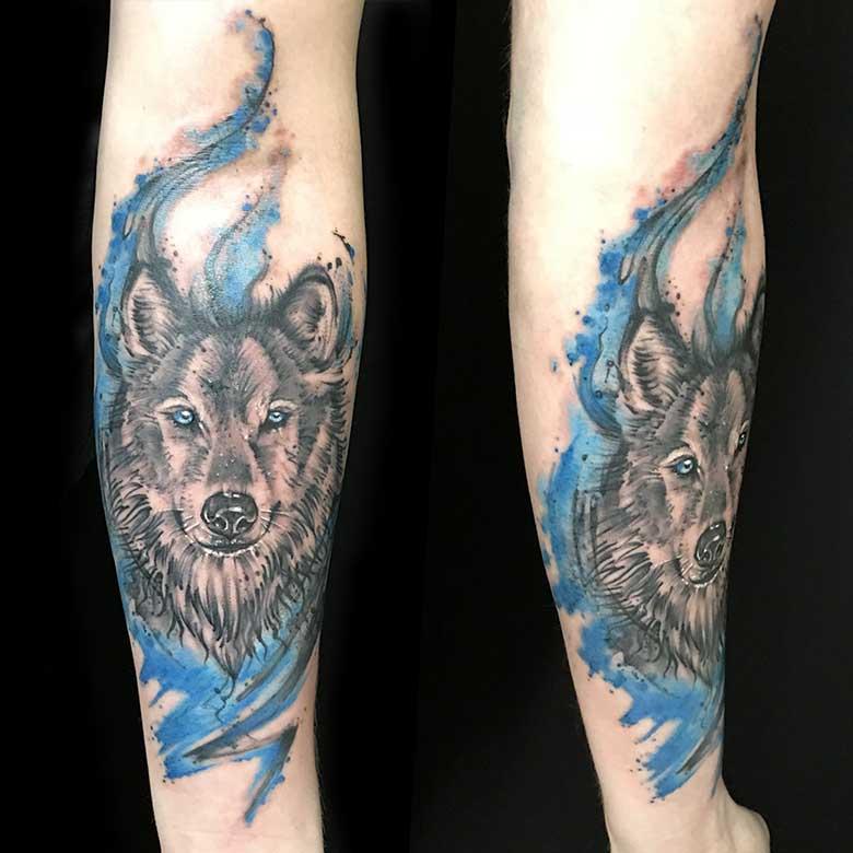 Sketchy Wolf Tattoo mit Watercolor vom surface Tattoo studio münchen