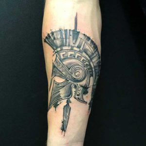 Sketchy Spartaner Helm Tattoo vom surface Tattoo studio münchen