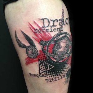 Snatch Tattoo im Trash Style vom surface Tattoo studio münchen
