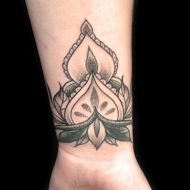 handgelenk mandala dotwork tattoo münchen vom surface Tattoo studio münchen