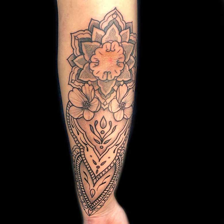 unterarm mandala dotwork tattoo münchen vom surface Tattoo studio münchen
