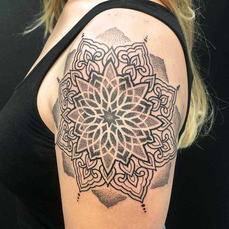 schulter mandala dotwork tattoo münchen vom surface Tattoo studio münchen