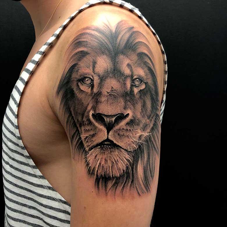 realistiches löwen tattoo münchen vom surface Tattoo studio münchen