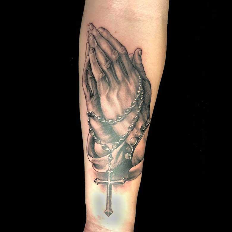 realistic betende hände tattoo münchen