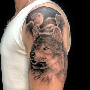 realistic wolf und mond tattoo münchen vom surface Tattoo studio münchen