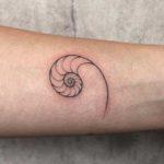 Fineline Tattoo Schnecke