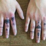 Kleines Mandala Tattoo an den Fingern